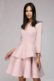Платье цвета пудры длины мини из жаккарда с баской и вырезом на груди купить в Воронеже