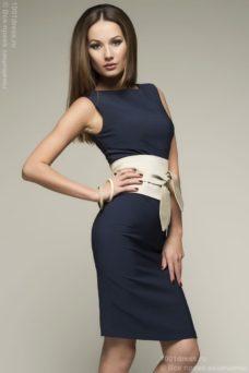 Синее платье-футляр без рукавов с песочным поясом купить в Воронеже