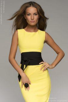 Желтое платье-футляр без рукавов с черным поясом купить в интернет-магазине