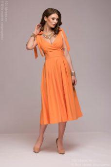 Персиковое платье длины миди с глубоким вырезом купить в Воронеже