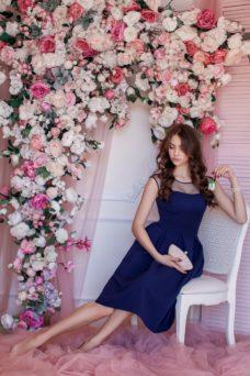 Темно-синее платье длины миди с пышной юбкой без рукавов купить в Воронеже