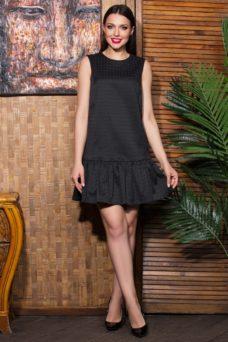 Черное коктейльное платье мини прямого кроя с воланом по низу купить в Воронеже