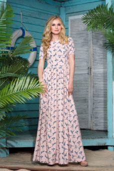 Платье макси пудрового цвета с цветочным принтом и короткими рукавами купить в Воронеже