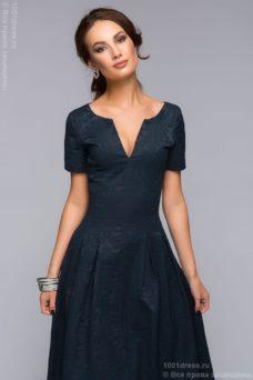 Вечернее платье макси темно-синего цвета с вырезом на груди купить в интернет-магаине