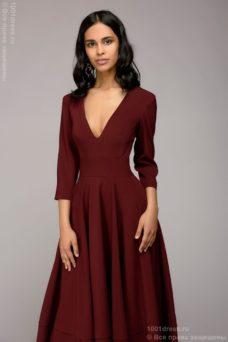 Бордовое платье миди с глубоким вырезом и расклешенной юбкой купить в интернет-магазине