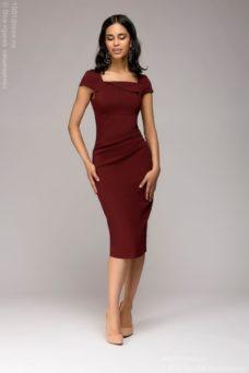 Платье-футляр винного цвета с драпировкой на талии и короткими рукавами купить в интернет-магазине