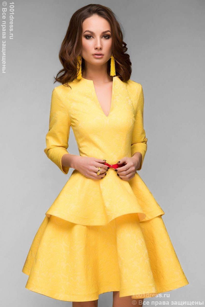 Желтое платье длины мини из жаккарда с баской и вырезом на груди купить в Воронеже