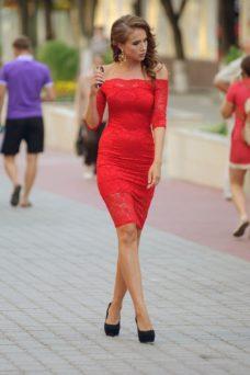 Красное гипюровое платье длины миди с открытыми плечами купить в Воронеже