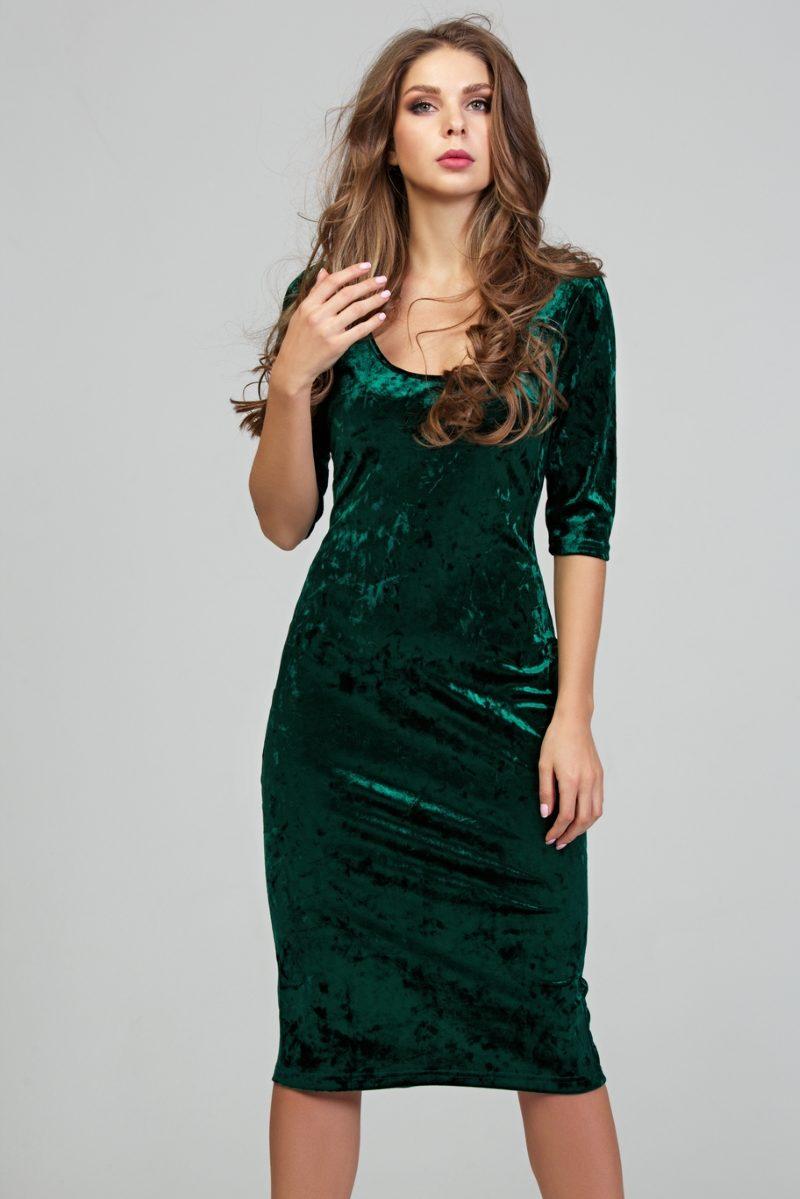 Бархатное платье-футляр изумрудного цвета с глубоким вырезом купить в Воронеже