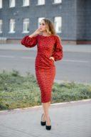 Красное платье-футляр длины миди с принтом и пышными рукавами купить в Воронеже