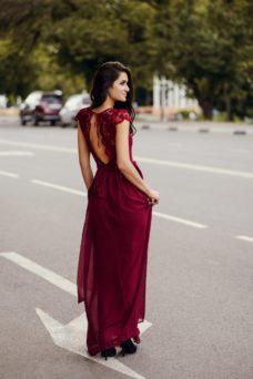 Длинное платье вишневого цвета с шифоновой юбкой и вырезом на спине купить в интернет-магазине