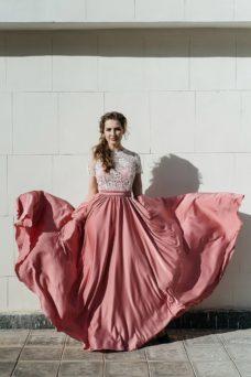 Длинное розовое платье с пышной юбкой и кружевным верхом с короткими рукавами купить в Воронеже