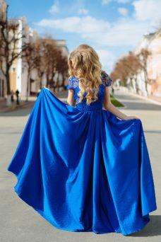 Длинное синее платье с пышной юбкой и кружевным верхом с короткими рукавами купить в интернет-магазине