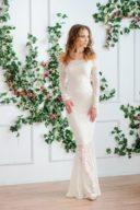 Свадебное Гипюровое платье-рыбка молочного цвета с открытыми плечами купить в интернет-магазине