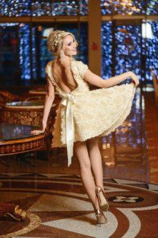 Короткое бежевое платье из крупных роз с вырезом на спине купить в Воронеже