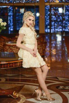 Короткое бежевое платье из крупных роз с вырезом на спине купить в интернет-магазине