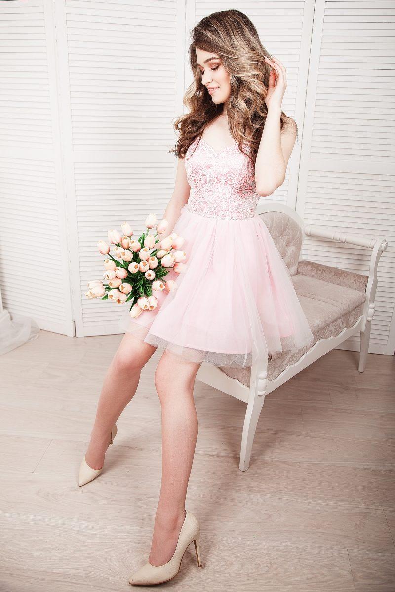 Короткое платье-корсет розового цвета с кружевным верхом и пышной юбкой купить в Воронеже