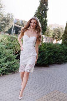Молочное платье-футляр с корсетным верхом и кружевом купить в Воронеже
