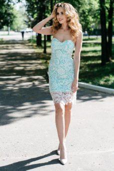 Мятное платье-футляр с корсетным верхом и молочным кружевом купить в Воронеже