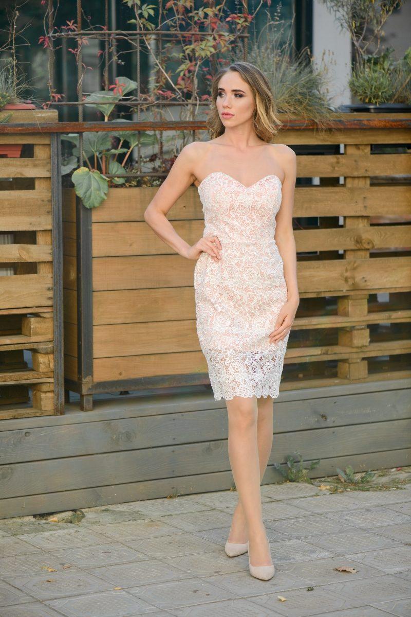 Пудровое платье-футляр с корсетным верхом и молочным кружевом купить в Воронеже