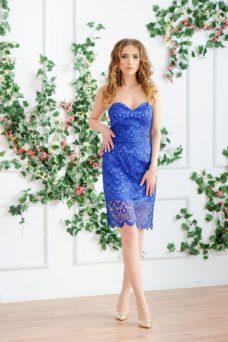 Синее платье-футляр с корсетным верхом и кружевом купить в интернет-магазине