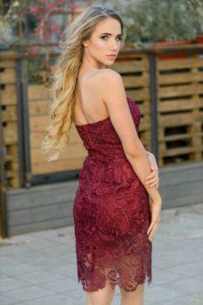 Вишневое платье-футляр с корсетным верхом и кружевом купить в интернет-магазине