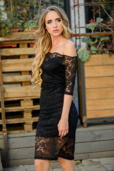 Черное гипюровое платье длины миди с открытыми плечами купить в интернет-магазине