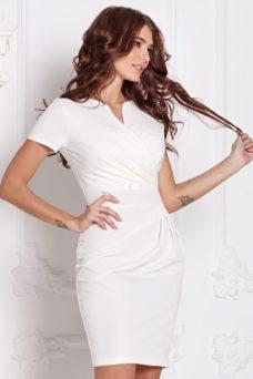 Короткое платье-футляр белого цвета с драпировкой и короткими рукавами купить в Воронеже
