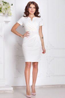Короткое платье-футляр белого цвета с драпировкой и короткими рукавами купить в интернет-магазине