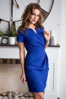 Короткое платье-футляр синего цвета с драпировкой и короткими рукавами купить в Воронеже