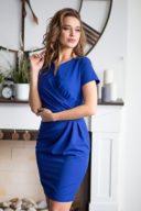 Заказать Короткое платье-футляр синего цвета с драпировкой и короткими рукавами с бесплатной доставкой по России