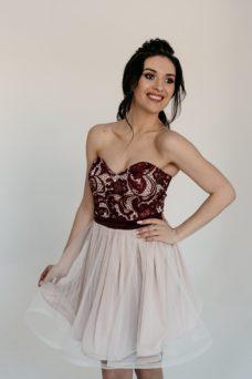 Короткое платье-корсет цвета пудры с бордовым кружевным верхом и пышной юбкой купить в интернет-магазине