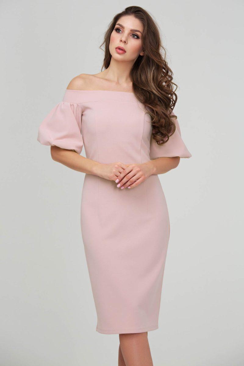 Платье-футляр цвета пудры с открытыми плечами и пышными рукавами купить в Воронеже