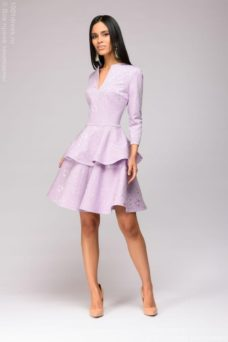 Платье сиреневого цвета длины мини из жаккарда с баской и вырезом на груди купить в интернет-магазине