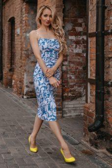 Белое платье-футляр с цветочным принтом из хлопка на тонких бретелях купить в интернет-магазине