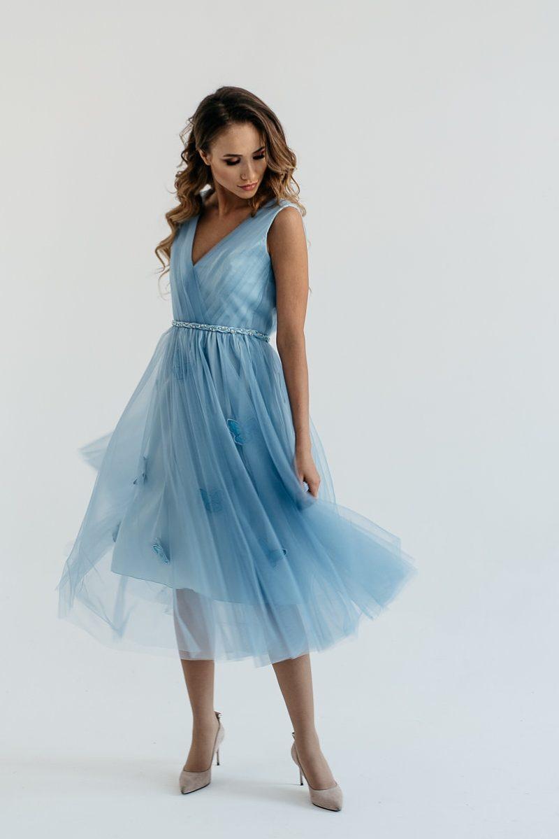 """Коктейльное платье голубого цвета длины миди с декором """"бабочки"""" купить в интернет-магазине"""