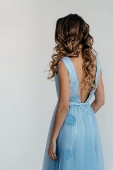 """Коктейльное платье голубого цвета длины миди с декором """"бабочки"""" заказать с примеркой"""