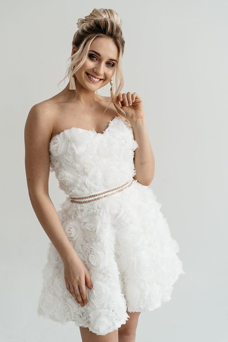 Короткое платье из крупных роз молочного цвета с открытым верхом купить в интернет-магазине свадебное платье