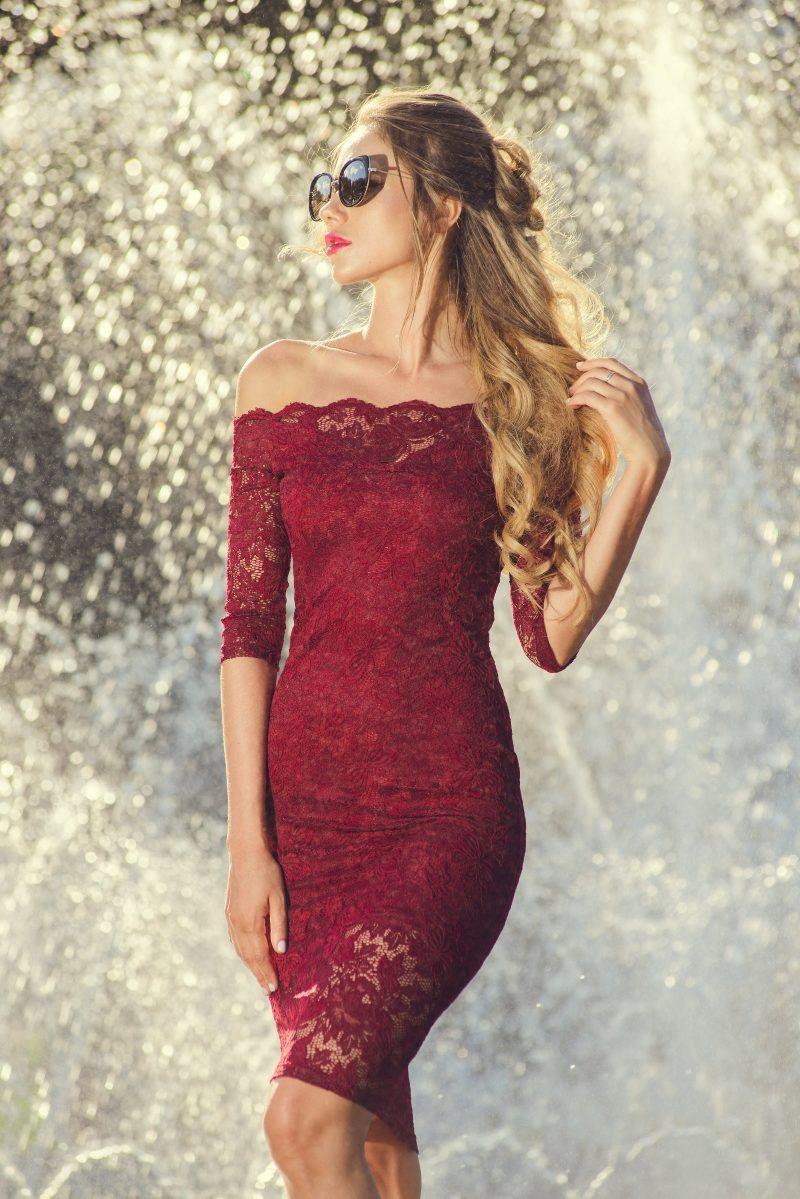 Бордовое гипюровое платье длины миди с открытыми плечами купить в интернет-магазине