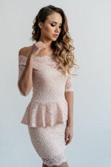 Гипюровое платье пепельно-розового цвета с баской и открытыми плечами купить в интернет-магазине