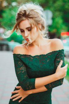 Изумрудное гипюровое платье длины миди с открытыми плечами заказать с бесплатной доставкой