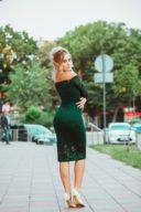 Заказать Изумрудное гипюровое платье длины миди с открытыми плечами с примеркой