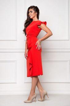 Платье-футляр красного цвета длины миди с драпировкой и воланами заказать с примеркой