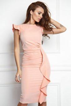 Платье-футляр персикового цвета длины миди с драпировкой и воланами купить в интернет-магазине