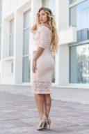Купить Пудровое гипюровое платье длины миди с открытыми плечами с бесплатной доставкой