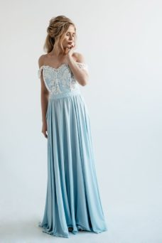 Вечернее платье голубого цвета с корсетом и разрезом на юбке купить в интернет-магазине