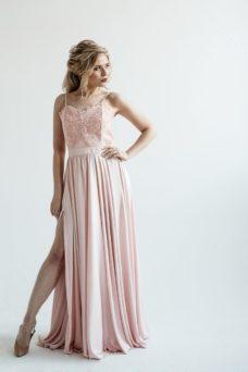 Вечернее платье пудрового цвета с корсетом на тонких бретелях купить в интернет-магазине