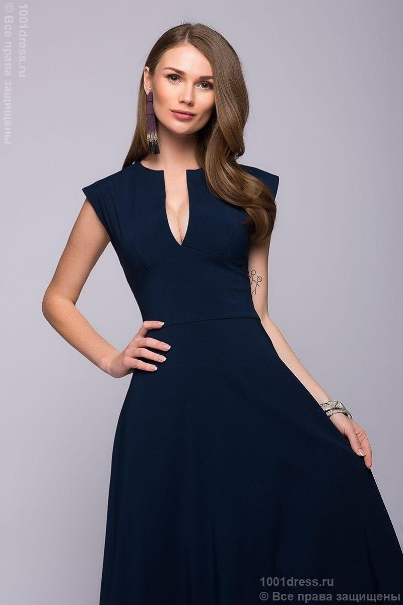 Длинное темно-синее платье с глубоким декольте купить в интернет-магазине