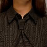 Шоколадное платье-футляр с имитацией галстука dm00455ce-1