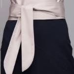 Синее платье-футляр без рукавов с песочным поясом dm00056bl-4